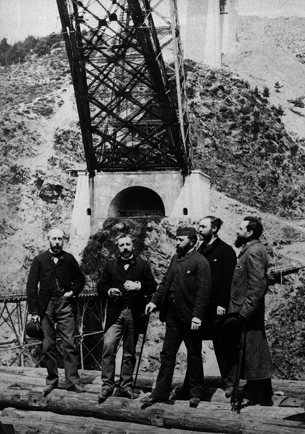 Photo de Gustave Eiffel al pie del Viaducto de Garabit