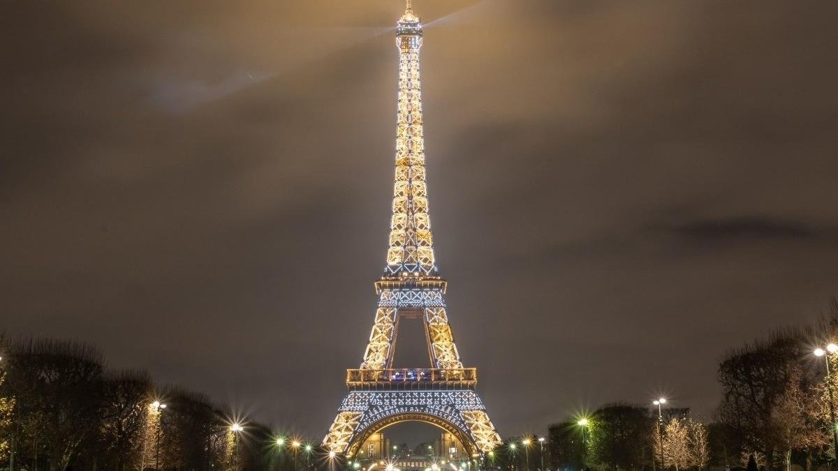 Discover the magic of the eiffel tower in december the - Image de tour eiffel ...