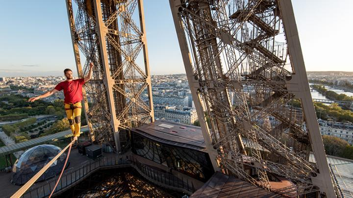 Nathan Pauline sur un slackline à la tour Eiffel